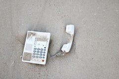 Τηλέφωνο γραφείων στην άμμο στην παραλία Στοκ Φωτογραφία
