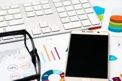 Τηλέφωνο, γυαλιά και πληκτρολόγιο, υπόβαθρο εκθέσεων γραφικών παραστάσεων Στοκ Φωτογραφία