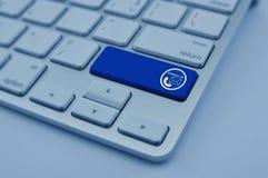 Τηλέφωνο και εικονίδιο ηλεκτρονικού ταχυδρομείου στο σύγχρονο κουμπί πληκτρολογίων υπολογιστών, Con Στοκ φωτογραφίες με δικαίωμα ελεύθερης χρήσης