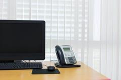 Τηλέφωνο και υπολογιστής στην επιτραπέζια εργασία της υπηρεσίας δωματίων Στοκ εικόνες με δικαίωμα ελεύθερης χρήσης