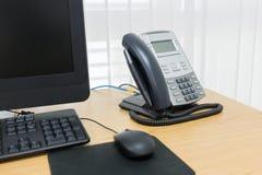 Τηλέφωνο και υπολογιστής στην επιτραπέζια εργασία Στοκ φωτογραφίες με δικαίωμα ελεύθερης χρήσης
