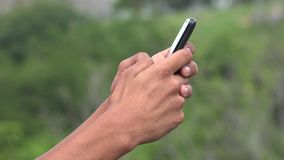 Τηλέφωνο και Texting κυττάρων εκμετάλλευσης προσώπων Στοκ Φωτογραφία