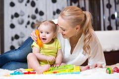 Τηλέφωνο κοριτσιών παιδιών με τη μητέρα - παιχνίδι με το τηλέφωνο παιχνιδιών Στοκ Εικόνες