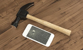 Τηλέφωνο στον ξύλινο πίνακα που σπάζουν με ένα σφυρί Στοκ φωτογραφίες με δικαίωμα ελεύθερης χρήσης