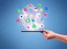 Τηλέφωνο ταμπλετών εκμετάλλευσης χεριών με app τα εικονίδια Στοκ Φωτογραφία