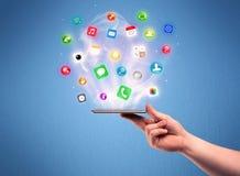 Τηλέφωνο ταμπλετών εκμετάλλευσης χεριών με app τα εικονίδια Στοκ φωτογραφία με δικαίωμα ελεύθερης χρήσης
