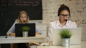 Τηλέφωνο χειριστών χαμόγελου τηλεφωνικών κέντρων γυναικών ομάδων εξυπηρέτησης πελατών απόθεμα βίντεο