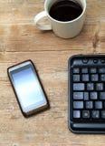 Τηλέφωνο coffe και πληκτρολόγιο στο γραφείο Στοκ φωτογραφία με δικαίωμα ελεύθερης χρήσης