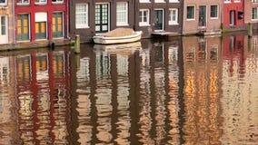 Τη βάρκα σταθμεύουν στο σπίτι στο νερό απόθεμα βίντεο