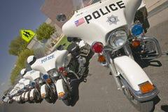 Τηλεκατευθυνόμενες μοτοσικλέτες αστυνομίας που σταθμεύουν μπροστά από το κέντρο άποψης REC κοιλάδων, Henderson, NV στοκ εικόνες