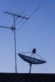 Τηλεοπτική κεραία και δορυφορικό πιάτο Στοκ Εικόνες