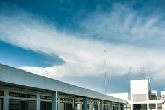 Τηλεοπτική κεραία με το όμορφο σύννεφο στοκ εικόνα με δικαίωμα ελεύθερης χρήσης