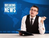 Τηλεοπτικός παρουσιαστής στα μπροστινά έκτακτα γεγονότα αφήγησης με το μπλε MO Στοκ Εικόνα