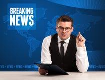 Τηλεοπτικός παρουσιαστής στα μπροστινά έκτακτα γεγονότα αφήγησης με το μπλε MO Στοκ Φωτογραφίες