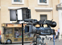 Τηλεοπτικός πυροβολισμός ρεπορτάζ στοκ εικόνες