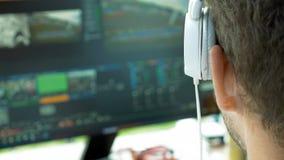 Τηλεοπτικός συντάκτης ραδιοφωνικής μετάδοσης με τα ακουστικά στην οθόνη στοκ εικόνα