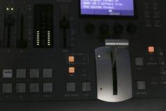 Τηλεοπτικός Switcher παραγωγής της τηλεοπτικής ραδιοφωνικής μετάδοσης Στοκ φωτογραφία με δικαίωμα ελεύθερης χρήσης