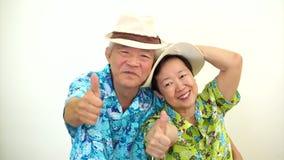 Τηλεοπτικό ευτυχές ασιατικό ανώτερο ζεύγος έτοιμο για το ταξίδι διακοπών απόθεμα βίντεο