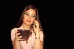 Τηλεπικοινωνίες κατά τη διάρκεια του χρόνου καφέ στοκ φωτογραφία με δικαίωμα ελεύθερης χρήσης