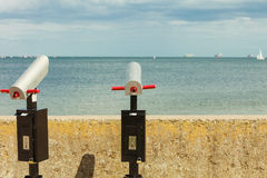 Τηλεσκόπιο διοπτρών θάλασσας προσοχής trought στην αποβάθρα Στοκ εικόνες με δικαίωμα ελεύθερης χρήσης