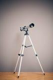 Τηλεσκόπιο στο τρίποδο Στοκ φωτογραφία με δικαίωμα ελεύθερης χρήσης