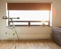 Τηλεσκόπιο στο δωμάτιο Στοκ Εικόνα