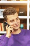 τηλεφωνικές ομιλούσες νεολαίες ατόμων Στοκ φωτογραφία με δικαίωμα ελεύθερης χρήσης