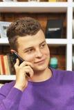 τηλεφωνικές ομιλούσες νεολαίες ατόμων Στοκ Φωτογραφία