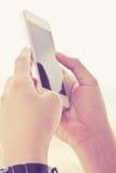 τηλεφωνική έξυπνη χρησιμοποιώντας γυναίκα Στοκ Εικόνες