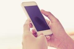 τηλεφωνική έξυπνη χρησιμοποιώντας γυναίκα Στοκ φωτογραφία με δικαίωμα ελεύθερης χρήσης