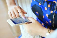 τηλεφωνική έξυπνη χρησιμοποιώντας γυναίκα Στοκ Εικόνα