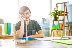 Τηλεφωνική κλήση επιχειρηματιών χαμόγελου hipster Στοκ Εικόνες