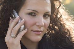 τηλεφωνική ομιλούσα γυν Στοκ Φωτογραφίες