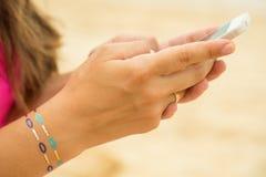 τηλεφωνική texting γυναίκα Χέρι γυναίκας με τις δερματοστιξίες αυτοκόλλητων ετικεττών Στοκ Φωτογραφίες