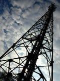 Τηλεφωνικός πύργος κυττάρων και ο νεφελώδης ουρανός Στοκ φωτογραφία με δικαίωμα ελεύθερης χρήσης