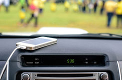Τηλεφωνικός φορτιστής στο αυτοκίνητο, γραμμή φορτιστών εστίασης Στοκ Εικόνες