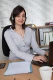 Τηλεφωνικό κέντρο, αντιπρόσωπος εξυπηρέτησης πελατών, σύνδεση στο γραφείο Στοκ Εικόνες