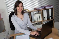 Τηλεφωνικό κέντρο, αντιπρόσωπος εξυπηρέτησης πελατών, σύνδεση στο γραφείο Στοκ Φωτογραφίες