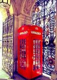 Τηλεφωνικό κιβώτιο στο Γουέστμινστερ, κόκκινο σύμβολο της Μεγάλης Βρετανίας Στοκ Φωτογραφία