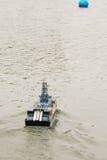 Τηλεχειριζόμενο πρότυπο της στρατιωτικής βάρκας που τρέχει μπροστά στοκ εικόνες