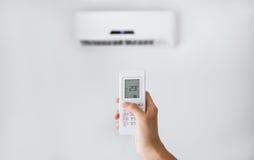 Τηλεχειρισμός για το κλιματιστικό μηχάνημα σε έναν άσπρο τοίχο Στοκ εικόνα με δικαίωμα ελεύθερης χρήσης