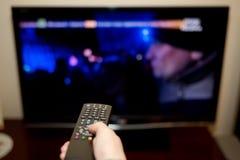 Τηλεχειρισμός συμπίεσης TV και χεριών στοκ φωτογραφία