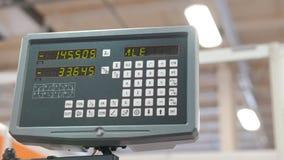 Τηλεχειρισμός LCD για τη μηχανή στο βιομηχανικό εργοστάσιο κατασκευής απόθεμα βίντεο