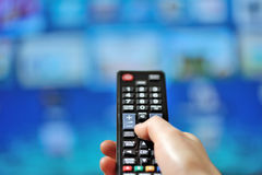 Τηλεχειρισμός TV χεριών δείχνοντας στοκ φωτογραφίες με δικαίωμα ελεύθερης χρήσης