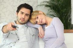 Τηλεόραση προσοχής ζεύγους Στοκ εικόνες με δικαίωμα ελεύθερης χρήσης