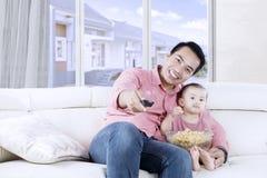 Τηλεόραση προσοχής μπαμπάδων και κορών Στοκ Εικόνες