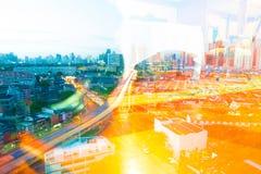 Τη μητρόπολη τη νύχτα γεμίζουν με τα ψηλά κτίρια και colorf στοκ φωτογραφίες