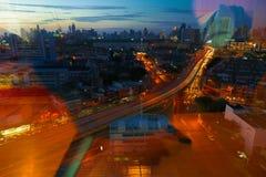 Τη μητρόπολη τη νύχτα γεμίζουν με τα ψηλά κτίρια και colorf στοκ φωτογραφίες με δικαίωμα ελεύθερης χρήσης