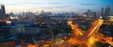 Τη μητρόπολη τη νύχτα γεμίζουν με τα ψηλά κτίρια και colorf στοκ εικόνα με δικαίωμα ελεύθερης χρήσης