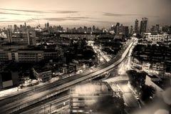 Τη μητρόπολη τη νύχτα γεμίζουν με τα ψηλά κτίρια και colorf στοκ φωτογραφία με δικαίωμα ελεύθερης χρήσης
